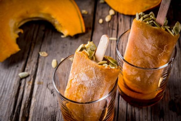 Ideen für herbstgerichte aus kürbissen. leckerbissen für eine thanksgiving-party, halloween.