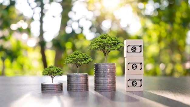 Ideen für münzen und pflanzen auf münzstapeln, um geld zu sparen und in das geschäft zu investieren.