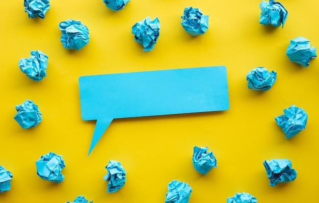 Ideen- und kreativitätskonzepte mit blasenpapier und zerknittertem papierball teilen.