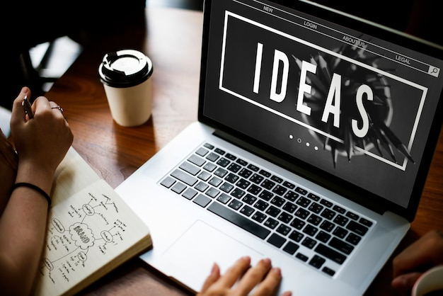 Ideenkonzept auf laptop-bildschirm