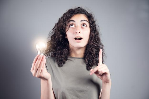 Ideenkonzept, denkende frau mit glühbirne