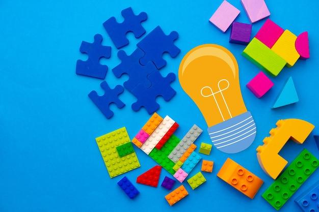 Ideenkonzept mit glühbirnen- und spielzeugkonstrukteurdetails