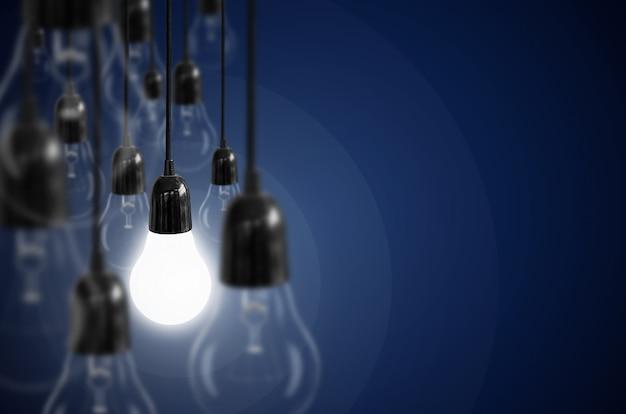 Ideenkonzept mit glühlampe.