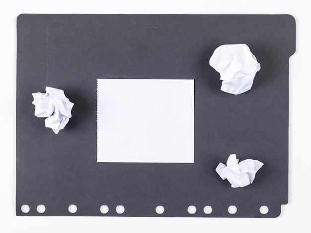 Ideenkonzept mit papier, zerquetschtem papier auf draufsicht des weißen und schwarzen hintergrunds. horizontales bild