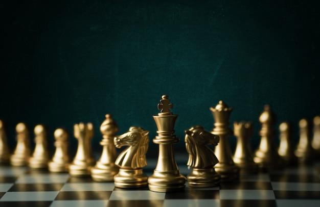 Ideenstrategie und vertrauliches wettbewerbsgeschäftskonzept, königschachfiguren an bord