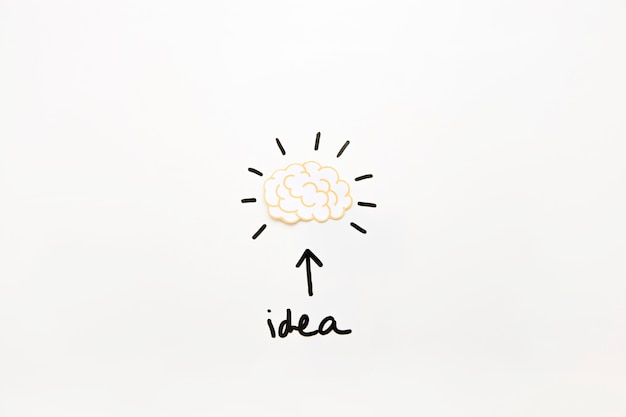 Ideentext mit dem pfeilsymbol, das aktives gehirn zeigt