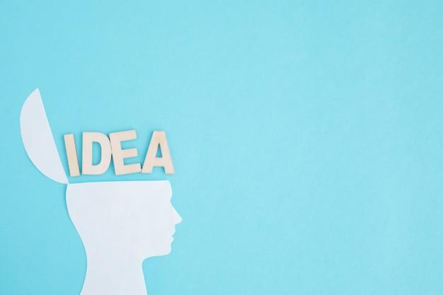 Ideentext über dem offenen kopf auf blauem hintergrund