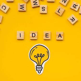 Ideenwort von den scrabblebuchstaben und von der glühlampe