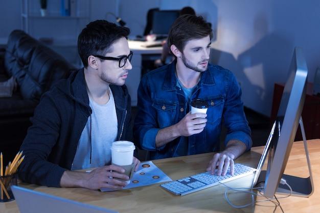 Identitätsdiebstahl. ernsthafte clevere intelligente hacker stehlen persönliche informationen und verwenden sie für ihre eigenen zwecke, während sie identitätsdiebstahl begehen