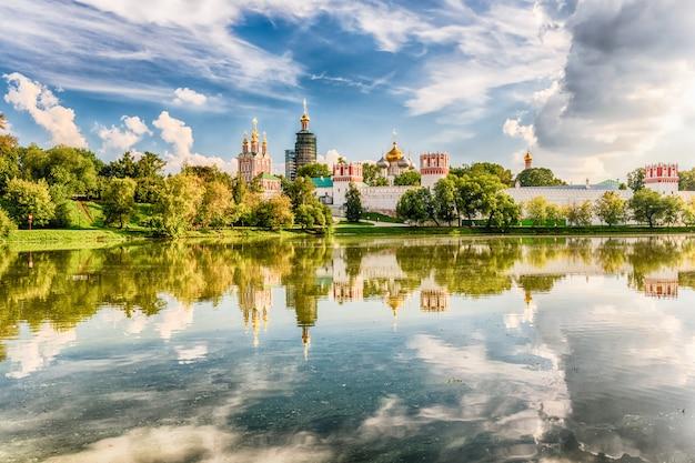 Idillic-ansicht des novodevichy-klosterklosters in moskau, russland