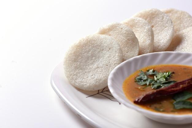 Idli mit sambar- und kokos-chutney, indisches gericht: südindisches lieblingsessen rava idli oder grieß untätig oder rava untätig, serviert mit sambar und grünem kokos-chutney.