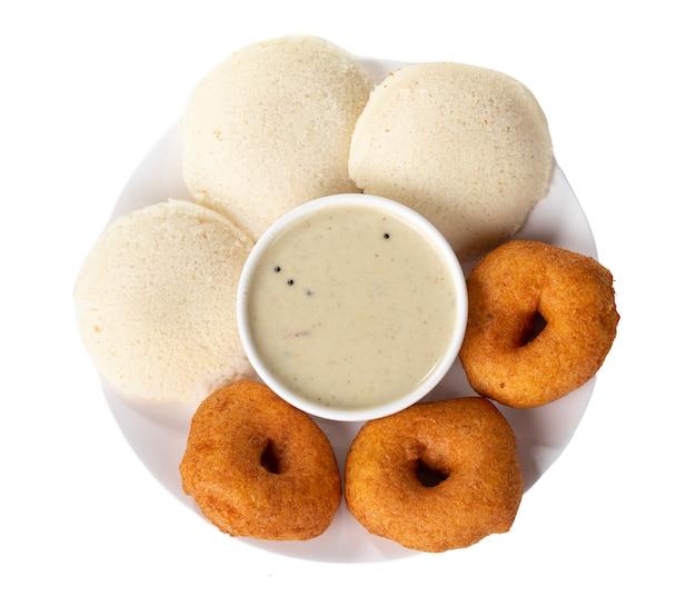 Idli, sambar, vada und kokosnuss-chutney, südindisches frühstück