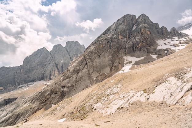 Idyllische alpen mit sandigen und felsigen bergen