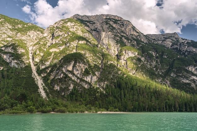 Idyllische landschaft mit alpenberg nahe see