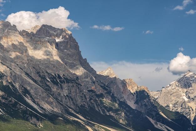Idyllische landschaft mit felsigem berg in den alpen