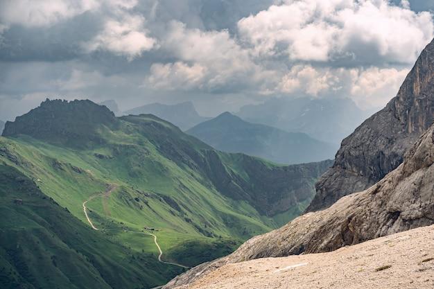 Idyllische landschaft mit grünem hügel unter wolkenhimmel