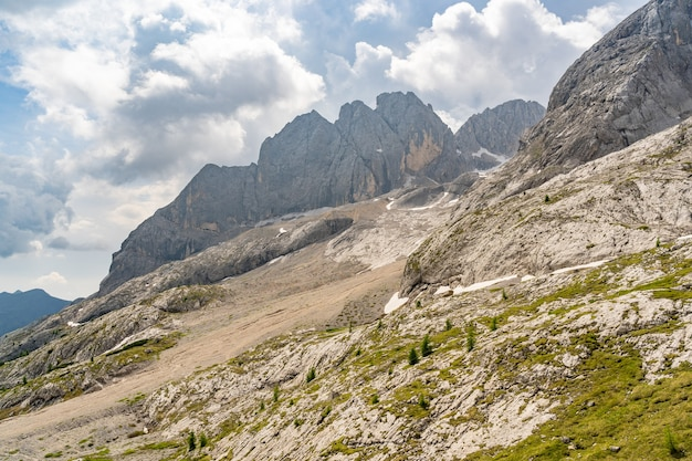 Idyllische landschaft mit grünem moosbedecktem bergfelsen