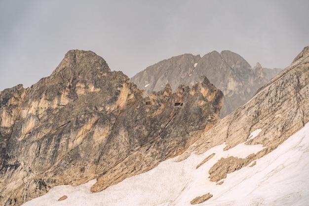 Idyllische landschaft mit schnee auf felsigem berg