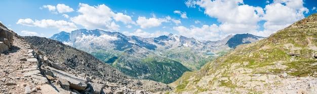 Idyllisches alpental in großer höhe hoch oben auf den bergen, malerische landschaft felsiges gelände und gletscher auf den alpen, panoramablick