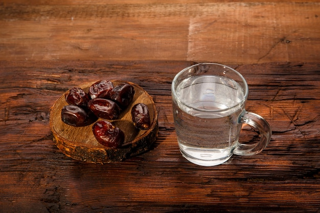 Iftar essen für ramadan auf dem tisch mit datteln und wasser. horizontales foto