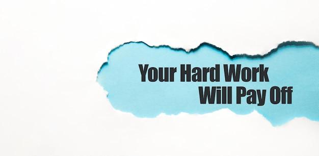 Ihre harte arbeit wird sich auszahlen, wenn sie hinter zerrissenem braunem papier erscheinen.
