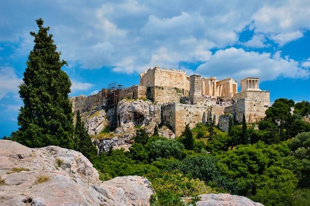 Ikonischer parthenontempel an der akropolis von athen, griechenland
