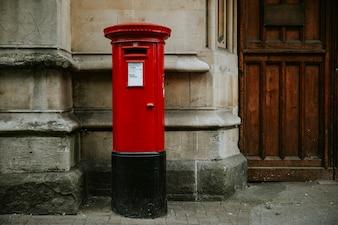 Ikonischer roter britischer Briefkasten in einer Stadt