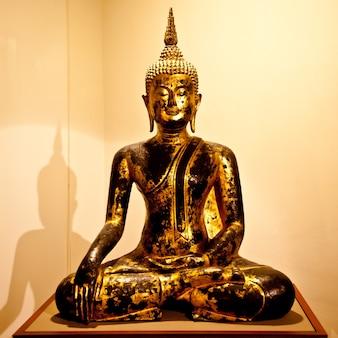 Ikonisches bild einer klassischen buddha-figur