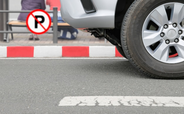 Illegal geparktes auto am roten streifenzeichen auf straße