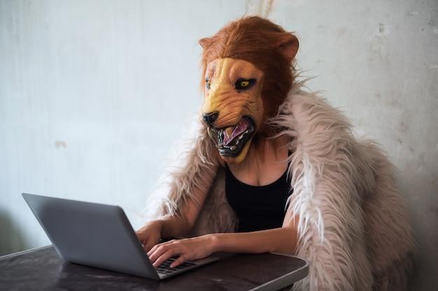 Illegales geschäft über internet durch löwemaskenfrau