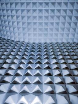 Illusion von scharfen pyramidenförmigen kunststoffelementen geometrisch strukturiert und hintergrund.