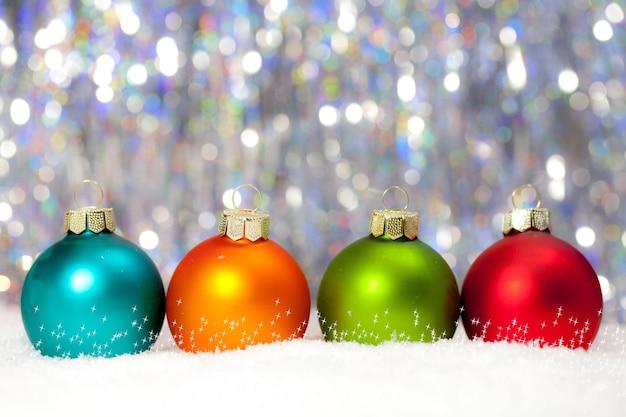 Illustration der bunten weihnachtskugeln