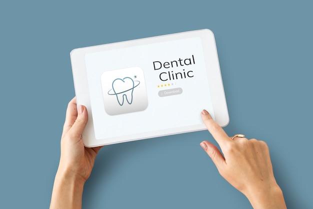 Illustration der zahnpflegeanwendung auf digitalem tablet
