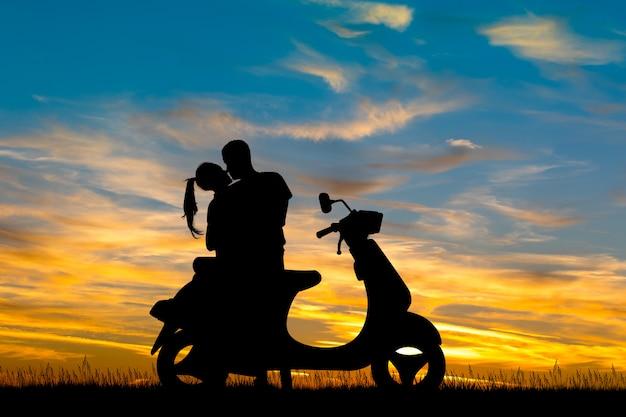 Illustration von den paaren, die motorroller fahren