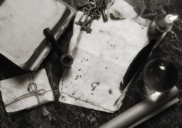 Im alter von retro-papieren und buch auf dem tisch mit detektivwerkzeug-hintergrund