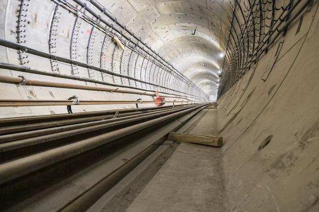 Im bau befindlicher u-bahn-tunnel aus stahlbetonrohren