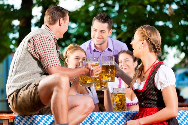 Im biergarten - freunde, die bier trinken