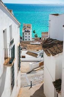 Im bild sieht man eine wunderschöne landschaft einer der küstenstädte spaniens