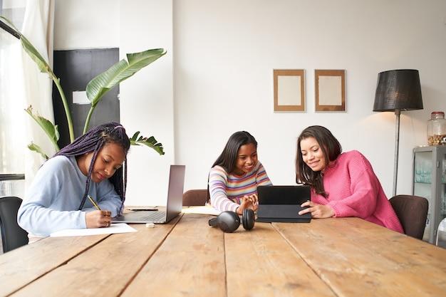 Im büro arbeiten drei geschäftsfrauen zusammen