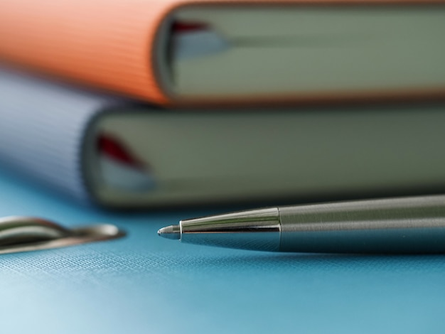 Im büro auf ordner sind tagebücher und silberstift