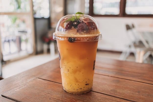 Im café servierte passions-fruchtgetränke