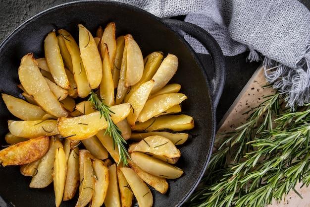 Im eisentopf gebackene kartoffeln mit rosmarin und olivenöl.