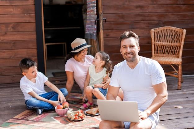 Im familienurlaub arbeiten wlan und 5g ein laptop genießt die digitalisierung seiner arbeitsprozesse