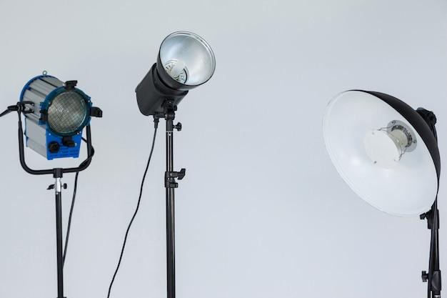 Im fotostudio zusammengestellte scheinwerfer