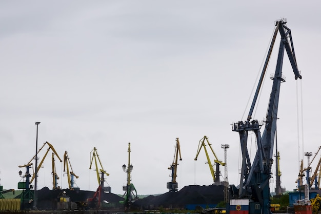 Im frachtterminal be- und entladen portalkrane und frachtschiffe güter
