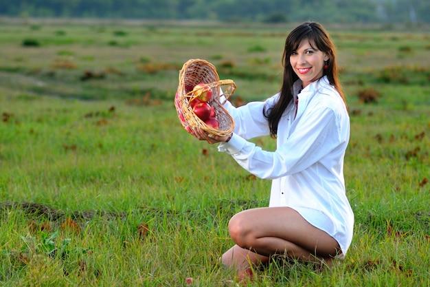 Im freien foto attraktive frau mit geschlossenen augen sitzt auf grünem gras