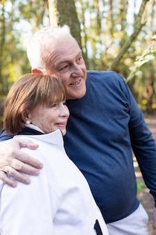 Im freien senior paar verbringen den tag