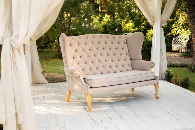 Im garten gibt es podium, auf dem sofa im stil der provence oder rustikal