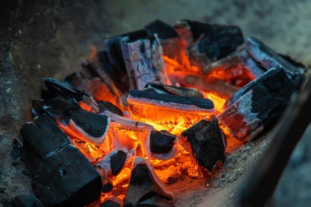 Im grill brennen kohlen. selektiver fokus. feuer.