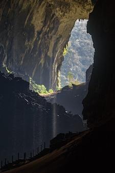 Im inneren der hirschhöhle, mit blick auf den mulu-nationalpark, borneo